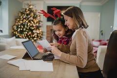 Schreibens-Weihnachtskarten mit Mama Stockbilder