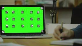 Schreibensanmerkung über Papier view3 Schirm für Spott oben stock footage