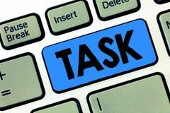 Schreibensanmerkung, die Aufgabe zeigt Geschäftsfoto, das getan zu werden a-Arbeit und aufgenommenen Tätigkeitsbedarf zur Schau s stockbild