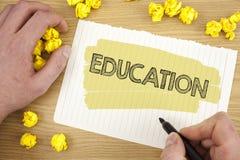 Schreibensanmerkung, die Bildung zeigt Geschäftsfoto Präsentationsunterricht von Studenten durch die Durchführung der spätesten T lizenzfreie stockbilder