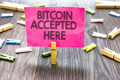 Schreibensanmerkung, die Bitcoin hier angenommen zeigt Das Geschäftsfoto, das Sie zur Schau stellt, kann Sachen durch Cryptocurre Lizenzfreies Stockfoto