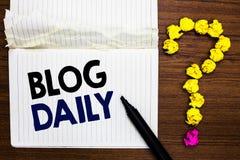 Schreibensanmerkung, die Blog-Tageszeitung zeigt Das Geschäftsfoto, das tägliche Aufgabe jedes möglichen Ereignisses über Interne lizenzfreie stockbilder