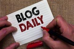 Schreibensanmerkung, die Blog-Tageszeitung zeigt Geschäftsfoto, das tägliche Aufgabe irgendeines Ereignisses über Internet oder G lizenzfreie stockbilder