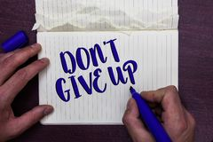 Schreibensanmerkung, die Don t nicht, zeigt aufzugeben Das Geschäftsfoto, welches das bestimmte Ausharren zur Schau stellt, fahre stockbild