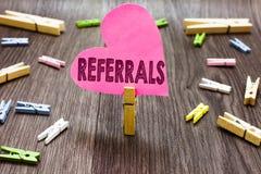 Schreibensanmerkung, die Empfehlungen zeigt Geschäftsfoto Präsentationstat des Verweisens jemand oder etwas für Beratungsbericht lizenzfreies stockbild