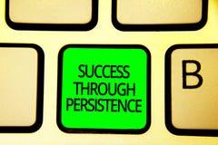Schreibensanmerkung, die Erfolg durch Ausdauer zeigt Das Geschäftsfoto, das geben zur Schau stellt nie, auf, um zu erreichen erzi lizenzfreie stockfotografie