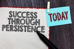 Schreibensanmerkung, die Erfolg durch Ausdauer zeigt Das Geschäftsfoto, das geben zur Schau stellt nie, auf, um zu erreichen erzi stockfotografie