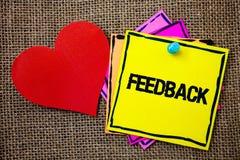 Schreibensanmerkung, die Feedback zeigt Geschäftsfoto geben Präsentationskundenrezensions-Meinungs-Reaktions-Bewertung ein Wartez stockbilder