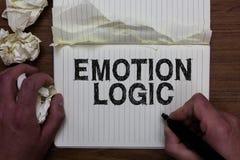 Schreibensanmerkung, die Gefühl-Logik zeigt Geschäftsfoto Präsentationsherz oder Brain Soul- oder Intelligenz-Verwirrungs-Gleichg stockbilder