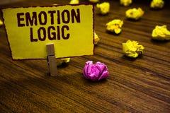 Schreibensanmerkung, die Gefühl-Logik zeigt Geschäftsfoto Präsentationsherz oder Brain Soul oder Intelligenz-Verwirrungs-Gleichge lizenzfreie stockfotografie