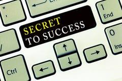 Schreibensanmerkung, die Geheimnis zum Erfolg zeigt Zur Schau stellende unerklärte Erreichung des Geschäftsfotos des Ruhmreichtum stockfotografie