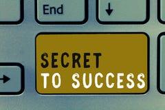 Schreibensanmerkung, die Geheimnis zum Erfolg zeigt Zur Schau stellende unerklärte Erreichung des Geschäftsfotos des Ruhmreichtum stockfotos