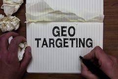 Schreibensanmerkung, die Geo-Anvisieren zeigt Das Geschäftsfoto, das Digital-Anzeigen zur Schau stellt, sieht IP address Adwords- lizenzfreies stockbild