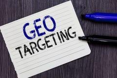 Schreibensanmerkung, die Geo-Anvisieren zeigt Das Geschäftsfoto, das Digital-Anzeigen zur Schau stellt, sieht IP address Adwords- stockfotografie