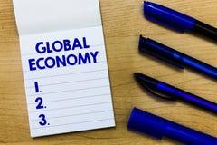 Schreibensanmerkung, die globale Wirtschaft zeigt Geschäftsfoto Präsentationssystem von Industrie und Handel auf der ganzen Welt  stockbild