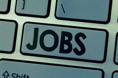 Schreibensanmerkung, die Jobs zeigt Zur Schau stellende zahlende Position des Geschäftsfotos der Aufgabe der festen Anstellung un stockfotos