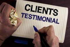 Schreibensanmerkung, die Kunden Referenz zeigt Geschäftsfoto wiederholt Präsentationskunden-persönliche Erfahrungen Meinungs-Feed stockfotografie