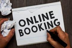 Schreibensanmerkung, die on-line-Anmeldung zeigt Geschäftsfoto Präsentationsreservierung durch Internet Hotelunterkunft-Flugschei lizenzfreie stockbilder