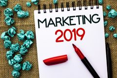 Schreibensanmerkung, die Marketing 2019 zeigt Geschäftsfoto, welches die neues Jahr-Markt-Strategie-Neustart-Werbe-Ideen schriftl Stockfoto