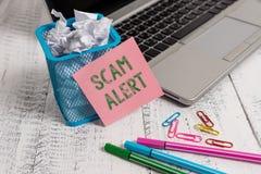 Schreibensanmerkung, die Scam-Alarm zeigt Geschäftsfoto, das unerwünschte E-Mail zur Schau stellt, die die Aussicht eines Handels stockfoto