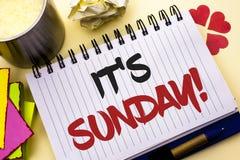 Schreibensanmerkung, die seinen Sonntags-Anruf zeigt Die Geschäftsfotopräsentation entspannen sich genießen Feiertags-Wochenenden lizenzfreies stockbild