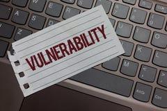 Schreibensanmerkung, die Verwundbarkeit zeigt Geschäftsfoto hören Präsentationsinformations-Anfälligkeitssysteme Ausnutzungsangre lizenzfreie stockfotos