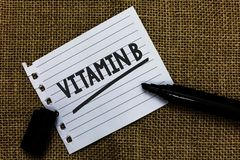 Schreibensanmerkung, die Vitamin B zeigt Das Geschäftsfoto, das in hohem Grade wichtige Quellen zur Schau stellen und der Nutzen  stockfotografie