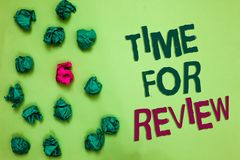Schreibensanmerkung, die Zeit für Bericht zeigt Geschäftsfoto Präsentationsbewertungs-Feedback-Moment-Leistungs-Rate Assess Olive lizenzfreie stockfotografie