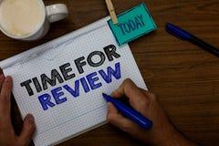 Schreibensanmerkung, die Zeit für Bericht zeigt Geschäftsfoto Präsentationsbewertungs-Feedback-Moment-Leistungs-Rate Assess Hand- lizenzfreie stockfotos