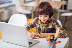 Schreibensanmerkungen des kleinen Jungen mit pensil Lizenzfreie Stockbilder