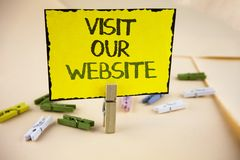 Schreibensanmerkungs-Vertretung Besuch unsere Website Geschäftsfoto Präsentationseinladungs-Uhrwebseite Link zu homepage-Blog-Int Lizenzfreie Stockfotografie