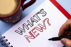 Schreibensanmerkungsvertretung welche neue Frage s Geschäftsfoto, das die Fragebogen-Untersuchungs-Problem-Frage stellend geschri Stockfoto