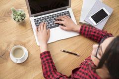 Schreibensblog des jungen Mädchens Lizenzfreie Stockfotografie