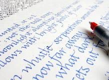 Schreibenskalligraphie auf Papier mit blauer Tinte Lizenzfreies Stockbild