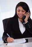 Schreibensmitteilung der jungen Frau vom Telefon Stockfotos