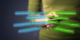 Schreibensmitteilungen der jungen Frau mit Smartphone Stockfotos