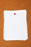 Schreibenspapier auf corkboard Lizenzfreie Stockbilder