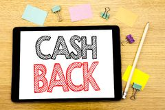 Schreibenstext, der Bargeld hinteres Cashback zeigt Geschäftskonzept für die Geld-Versicherung geschrieben auf Tablettenlaptop, h Stockbild