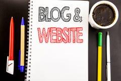 Schreibenstext, der Blog-Website zeigt Geschäftskonzept für das Blogging Sozialnetz geschrieben auf Notizblockbriefpapierhintergr Stockfotografie