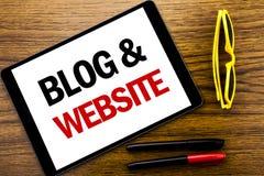 Schreibenstext, der Blog-Website zeigt Geschäftskonzept für das Blogging Sozialnetz geschrieben auf Tablettenlaptop, hölzerner Hi Stockfotografie