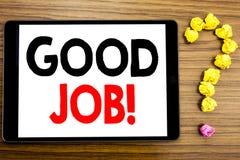 Schreibenstext, der guten Job zeigt Geschäftskonzept für die Erfolgs-Anerkennung geschrieben auf Tablet-Computer auf dem hölzerne lizenzfreie stockfotos