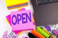 Schreibenstext, der Open gemacht im Büro mit Umgebungen wie Laptop, Markierung, Stift zeigt Geschäftskonzept für Shop Öffnungs-Ar Stockbilder