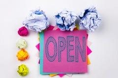 Schreibenstext, der Open geschrieben auf klebrige Anmerkung im Büro mit Schraubenpapierbällen zeigt Geschäftskonzept für Shop Öff Lizenzfreies Stockbild