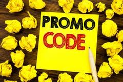 Schreibenstext, der Promo-Code zeigt Geschäftskonzept für Förderung für das on-line-Geschäft geschrieben auf klebriges Briefpapie Lizenzfreie Stockfotografie