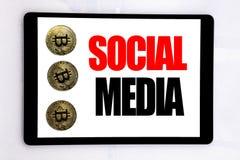 Schreibenstext, der Social Media zeigt Geschäftskonzept für das globale Internet geschrieben auf Tablettenschirm auf dem weißen H lizenzfreies stockfoto