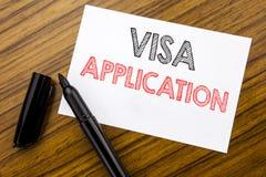 Schreibenstext, der Visumsantrag zeigt Geschäftskonzept für Pass Apply geschrieben auf klebriges Briefpapier auf dem hölzernen Hi stockfotografie