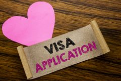 Schreibenstext, der Visumsantrag zeigt Geschäftskonzept für Pass Apply geschrieben auf klebriges Briefpapier, hölzerner hölzerner lizenzfreie stockbilder