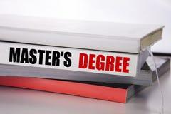 Schreibenstext, der Vorlagens-Grad zeigt Geschäftskonzept für die akademische Bildung geschrieben auf das Buch auf dem weißen Hin Lizenzfreie Stockfotografie