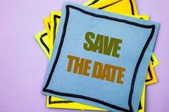 Schreibenstext-Vertretung Abwehr das Datum Geschäftsfoto Präsentationshochzeitstag-Einladungs-Anzeige geschrieben auf klebriges A Lizenzfreies Stockbild