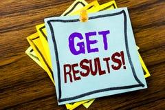 Schreibenstextvertretung erhalten Ergebnisse Geschäftskonzept für Achieve Ergebnis geschrieben auf klebriges Briefpapier auf dem  Stockfotografie